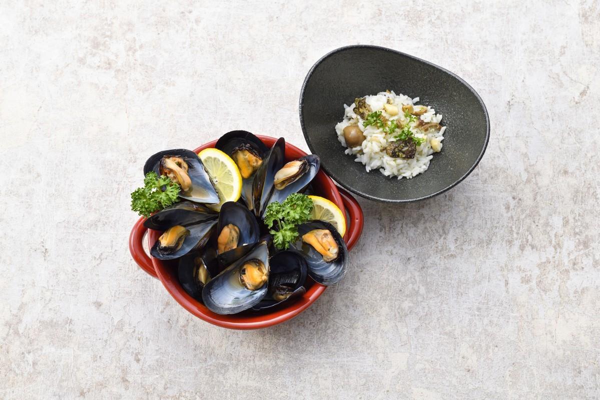 一番人気のメニュー「ムール貝の白ワイン蒸し 焼きリゾットの出汁茶漬け付」(画像提供:シャンティ)