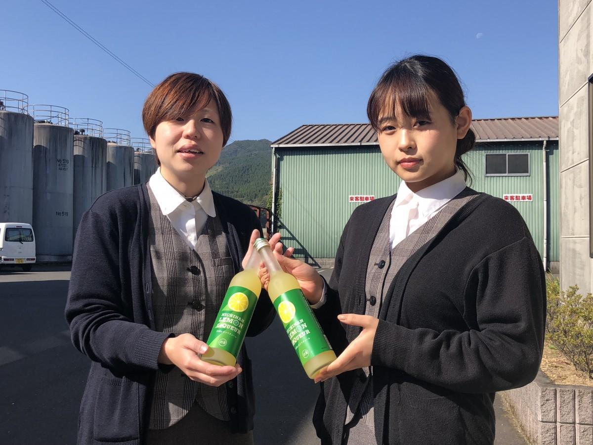 「日南レモンリキュール」をPRする井上酒造のスタッフ
