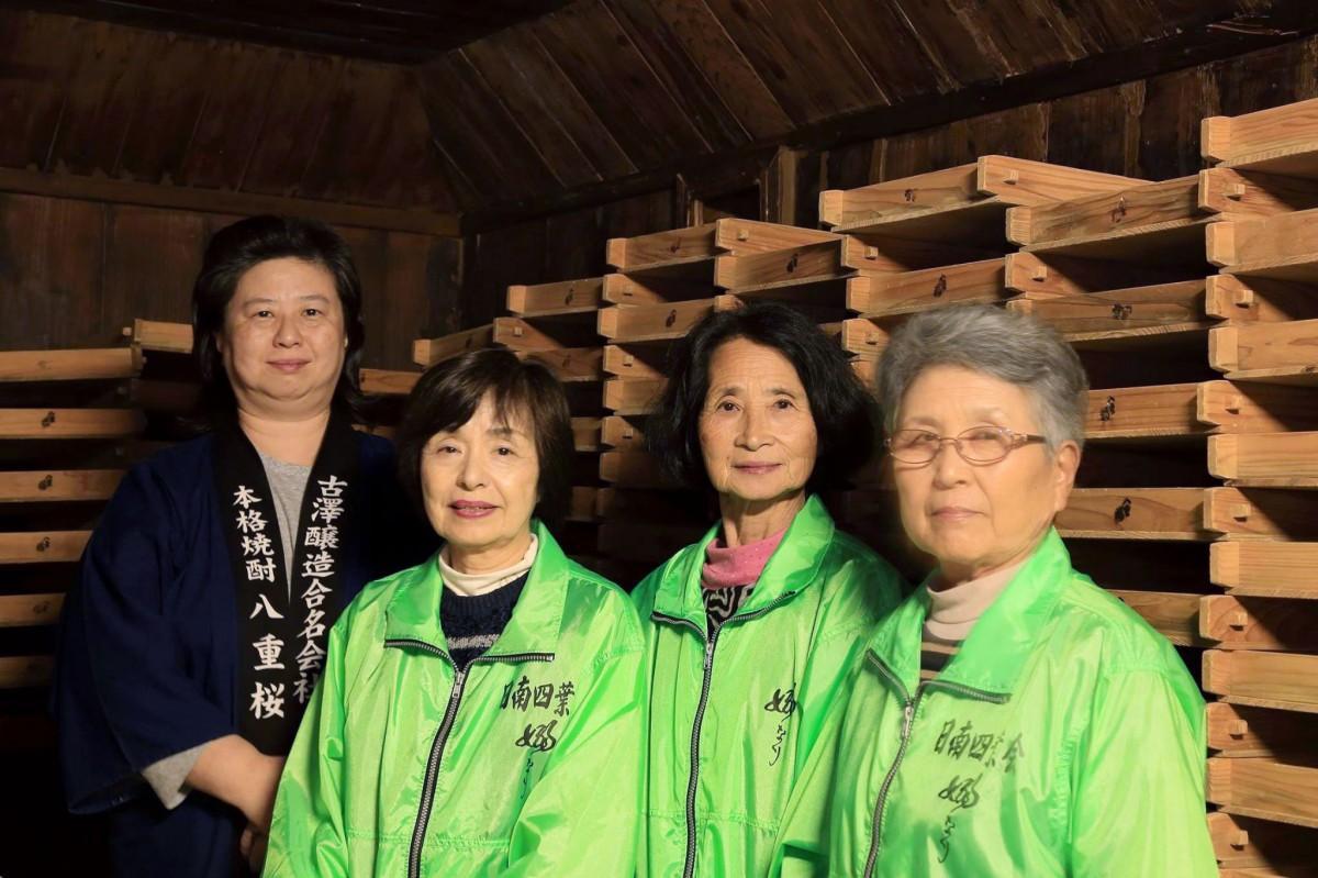 酒販店のおかみと古澤醸造の杜氏で代表社員、古澤昌子さん(左)と日南四葉会のメンバー