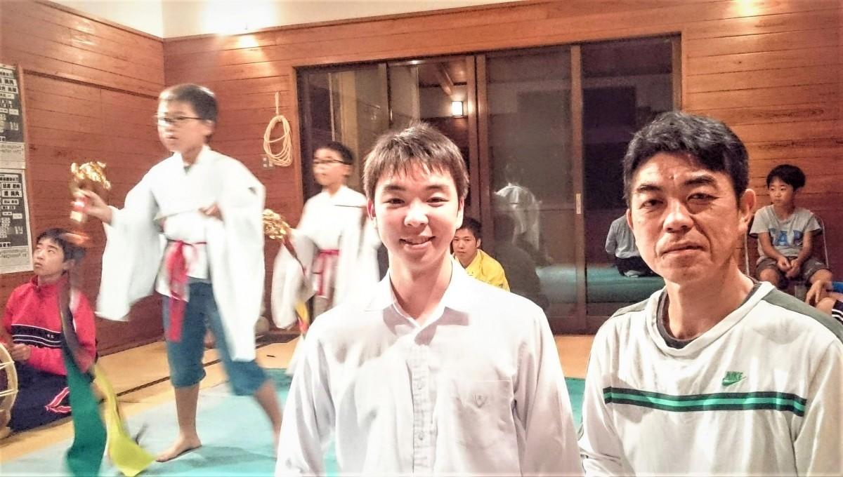 巨田神楽保存会の山内修さん(右)と、蛇切りを舞う宮田武典さん(左)