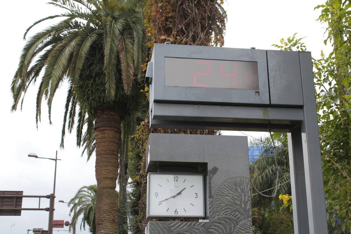宮崎市の市役所に設置されている温度計。13時41分の時点では24度となった