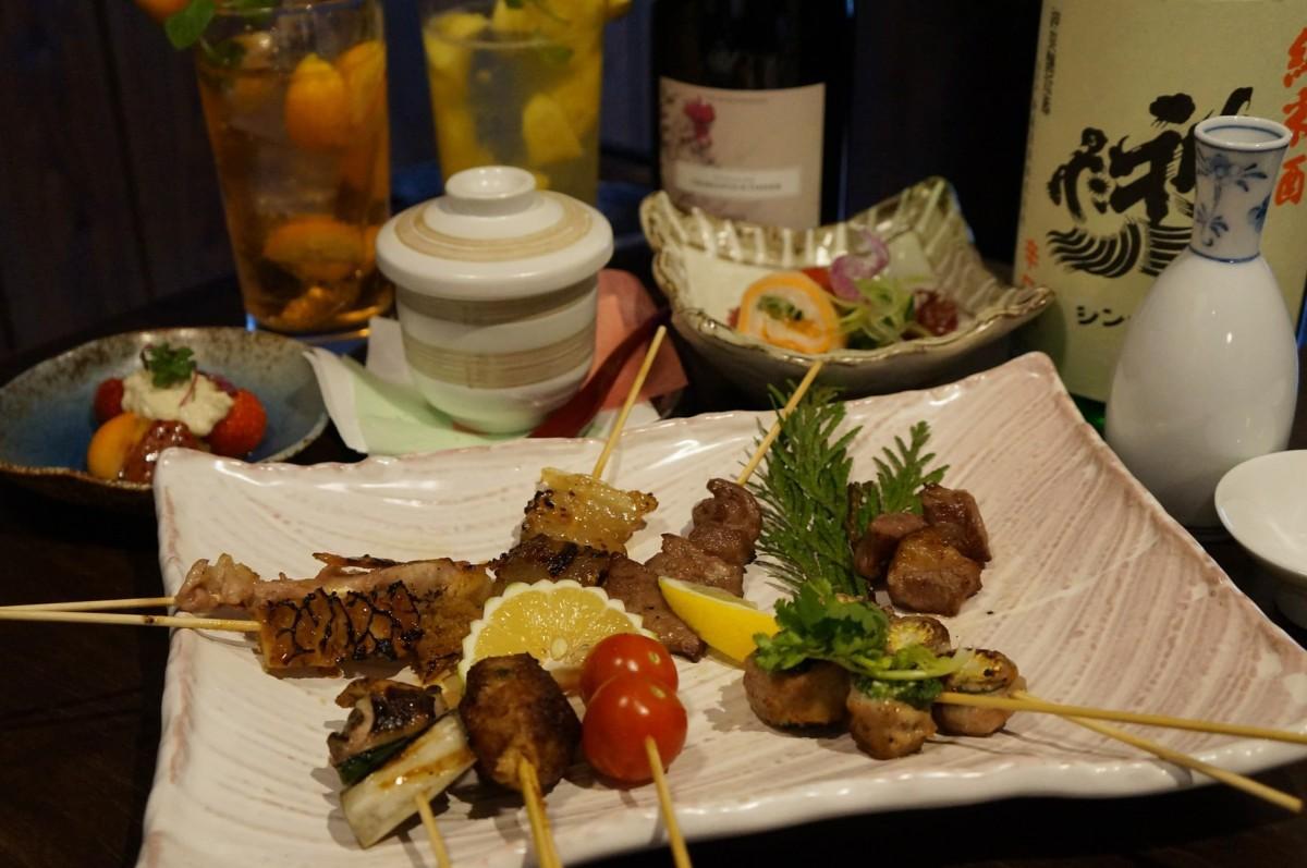 9種の串焼に3種の小鉢がついた「おまかせセット」(1,944円)