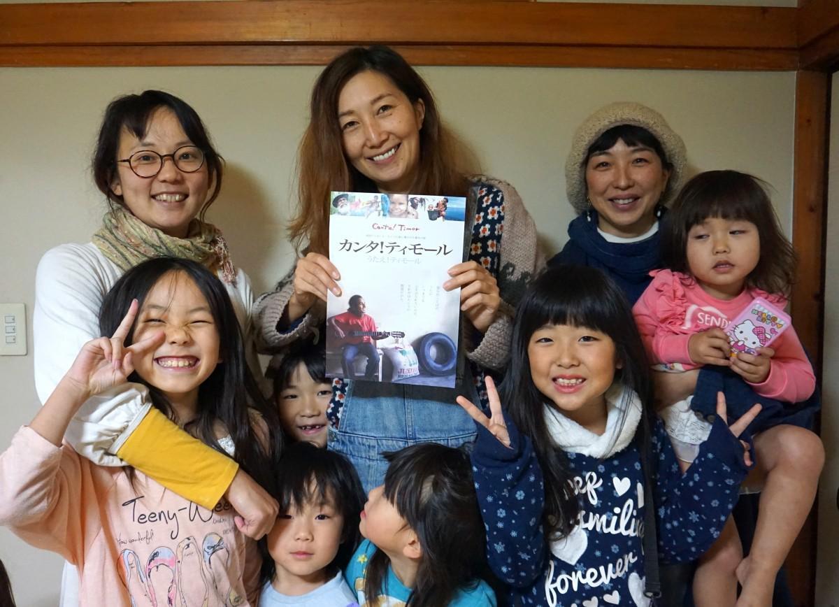 にじのりずむに通う子どもたちと上映会イベント主催者の曾根さん(中央)