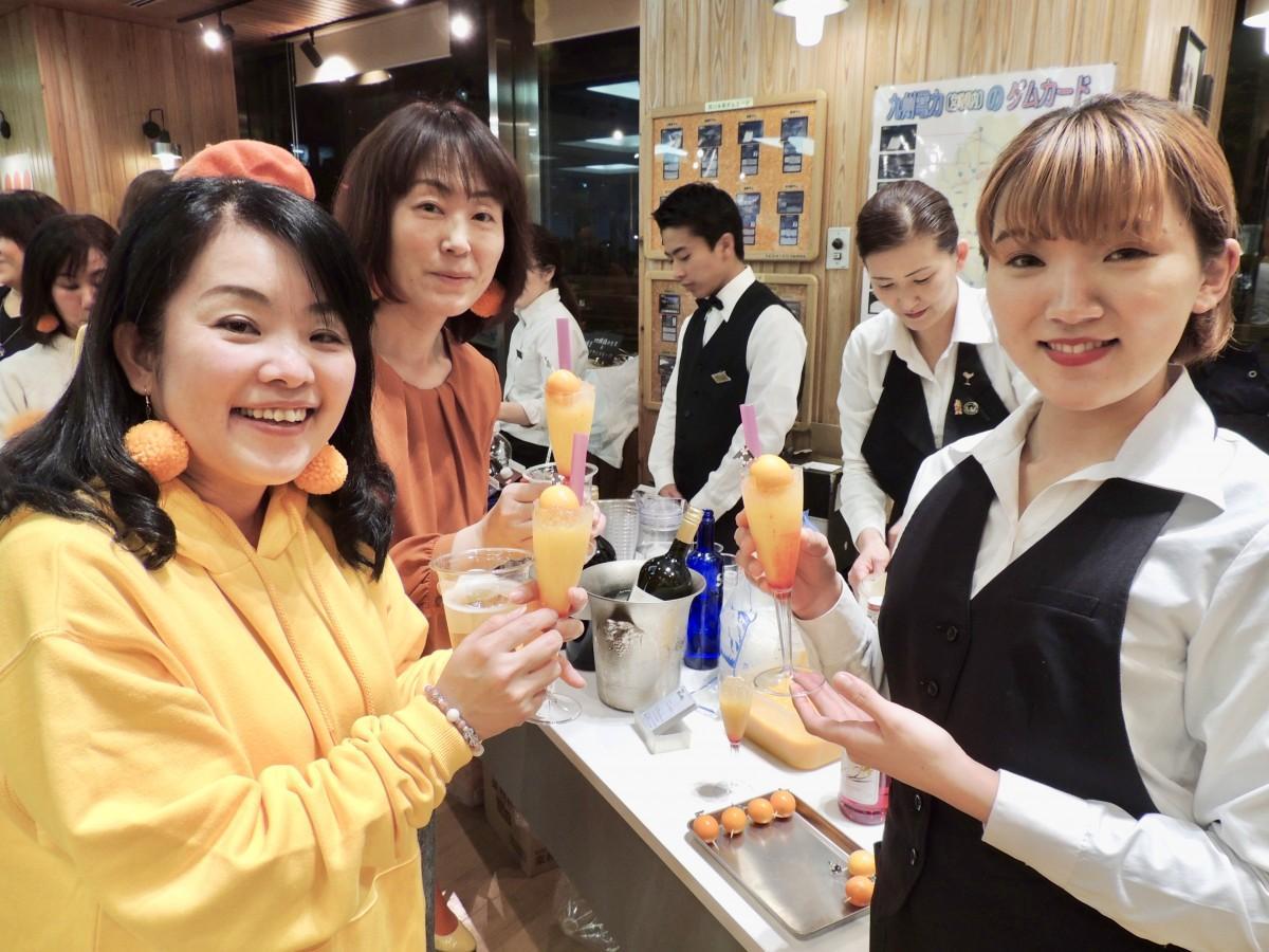 参加者はドレスコードとして、完熟きんかん「たまたま」のオレンジ色のものを身につけて参加した