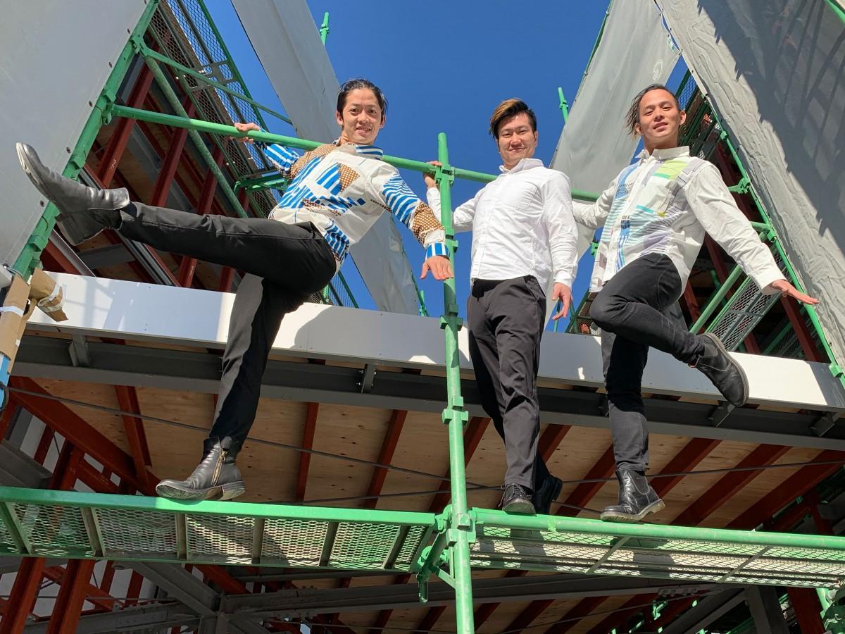 劇場の工事現場で。左から、みのわそうへいさん、児玉孝文さん、豊福彬文さん