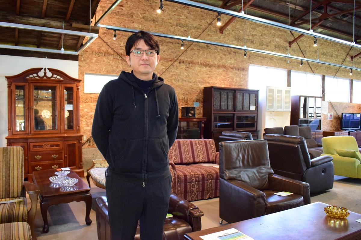 自身の目利きによる家具が並ぶ店内を紹介する葛原さん