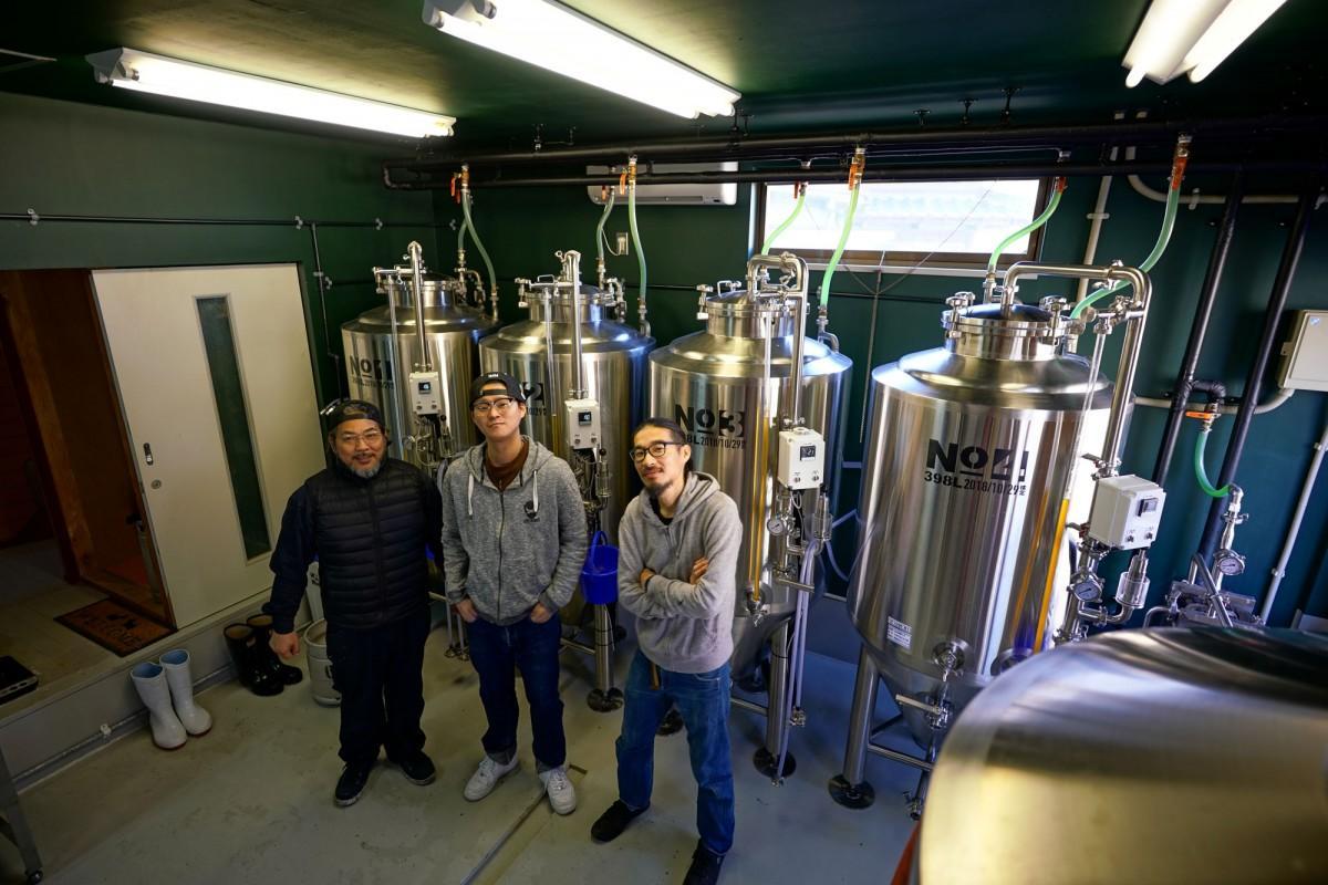 (左から)醸造アシスタントの神崎剛さん、店主の松田温郎さん、醸造長の里真彰さん