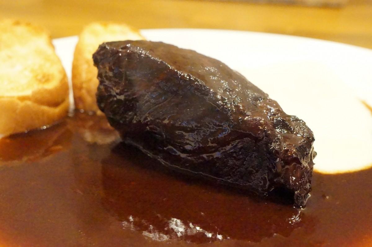 A5ランクの宮崎牛のホホ肉を赤ワインでじっくりと煮込み、5日かけて作るドミグラスソースと合わせたビーフシチュー(3,240円)