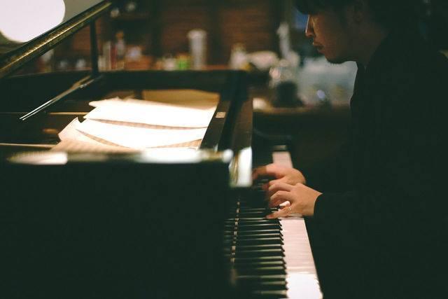 宮崎市出身のピアニスト横山起朗さん