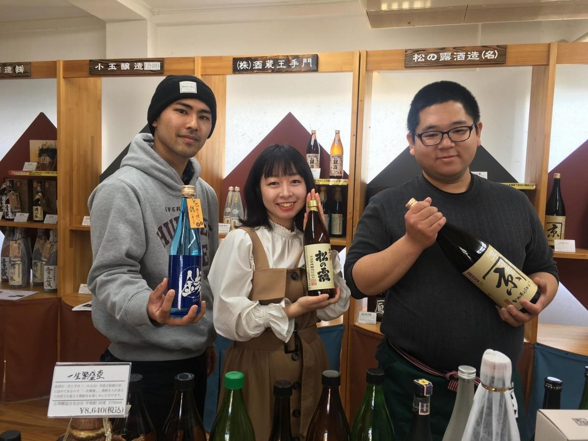 左から、日南酒造会館を運営するLocal Local取締役の仲間飛我さん、取締役兼店長の照井絢子さん、取締役の福永昌俊さん
