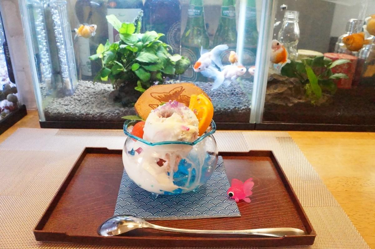金魚鉢に漂う金魚をイメージした「金魚パフェ」(700円)