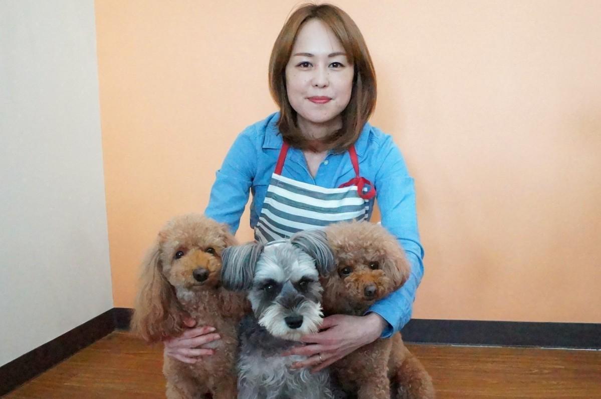 店主の児玉さんと看板犬のニコ、マシュ、ベニ