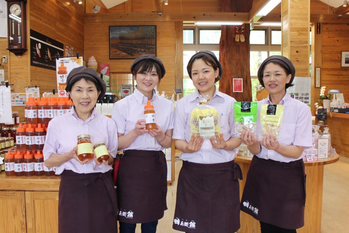 店長の前田さん(左から2番目)と直営店「蜂兵衛館」店員のみなさん