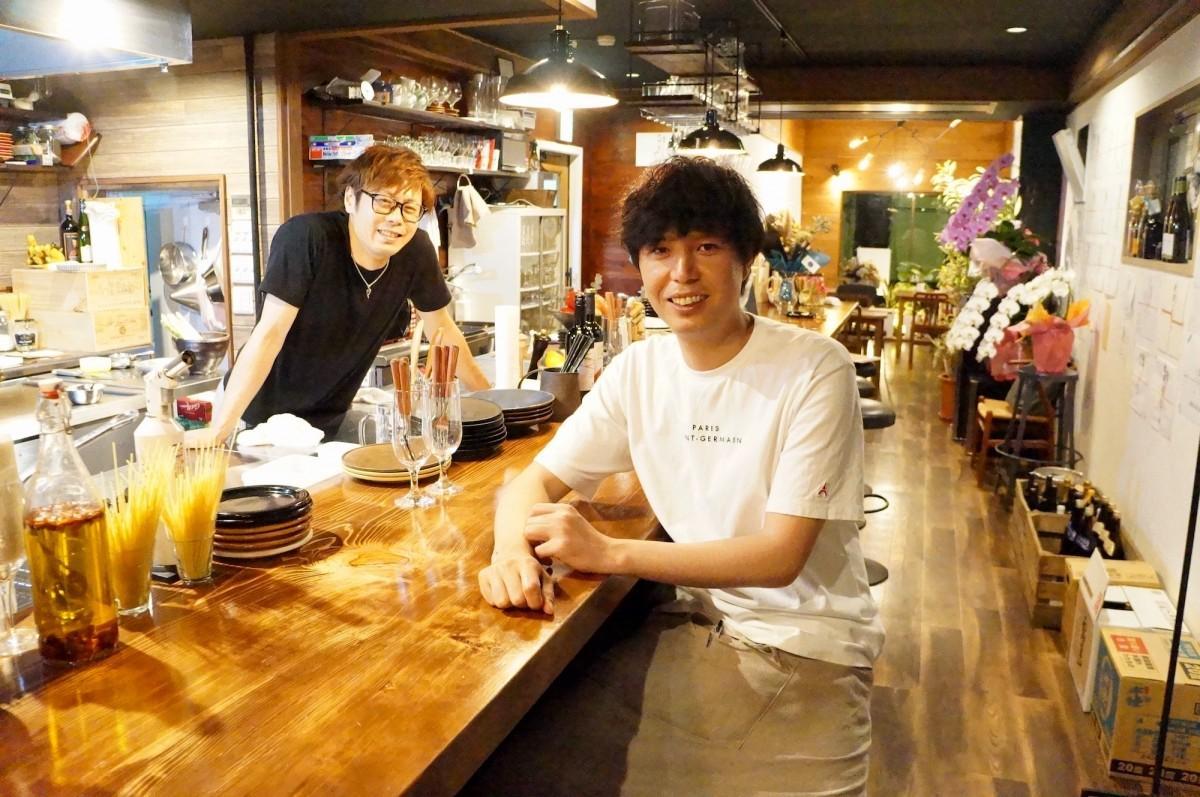「自分が来たくなるようなお店にしたかった」と話す店主の中野心平さん(右)とシェフの梅木秀章さん(左)