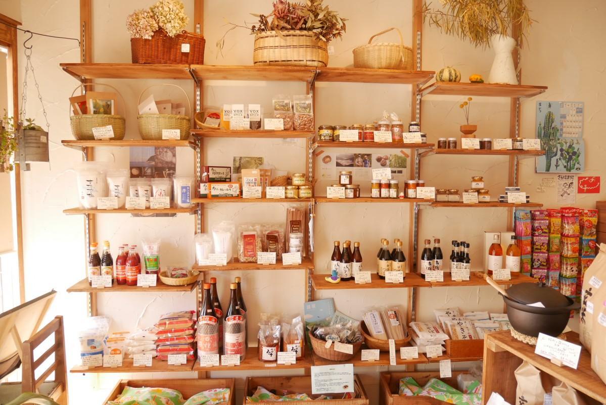 店内には県内外から仕入れた調味料や野菜・雑貨が並ぶ