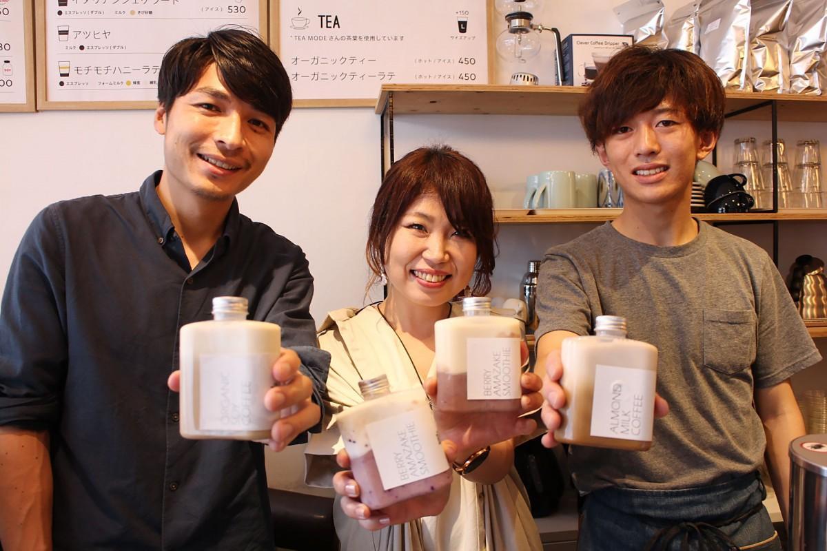 甘酒スムージー開発者の秋吉佑美さん(中央)、RosaCoffeeの宮本幸司郎さん(左)、川崎大道さん(右)