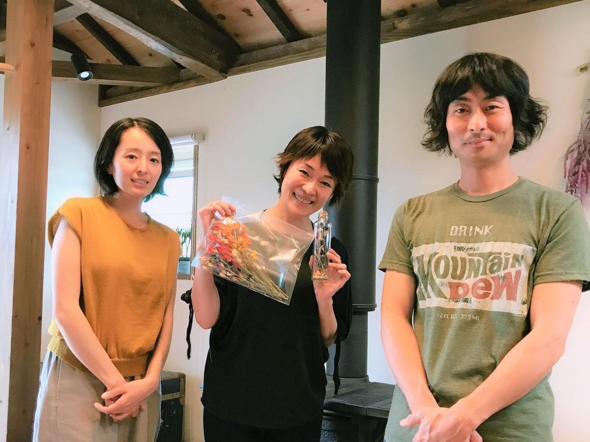 スイートピー農家の高橋悟さん、高橋三佳子さんと、生花デザイナーの竹下末利子さん(写真中央)