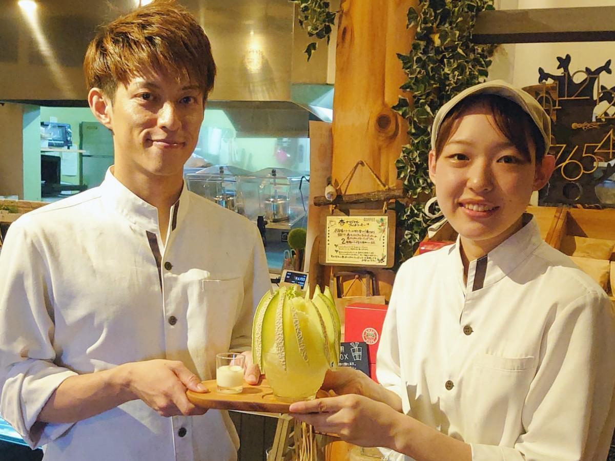 店長の小田さん(写真左)と調理スタッフの後藤さん(写真右)
