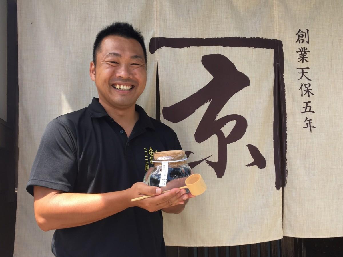 京屋酒造の仁木健視さんと新商品の「京屋雫ル」