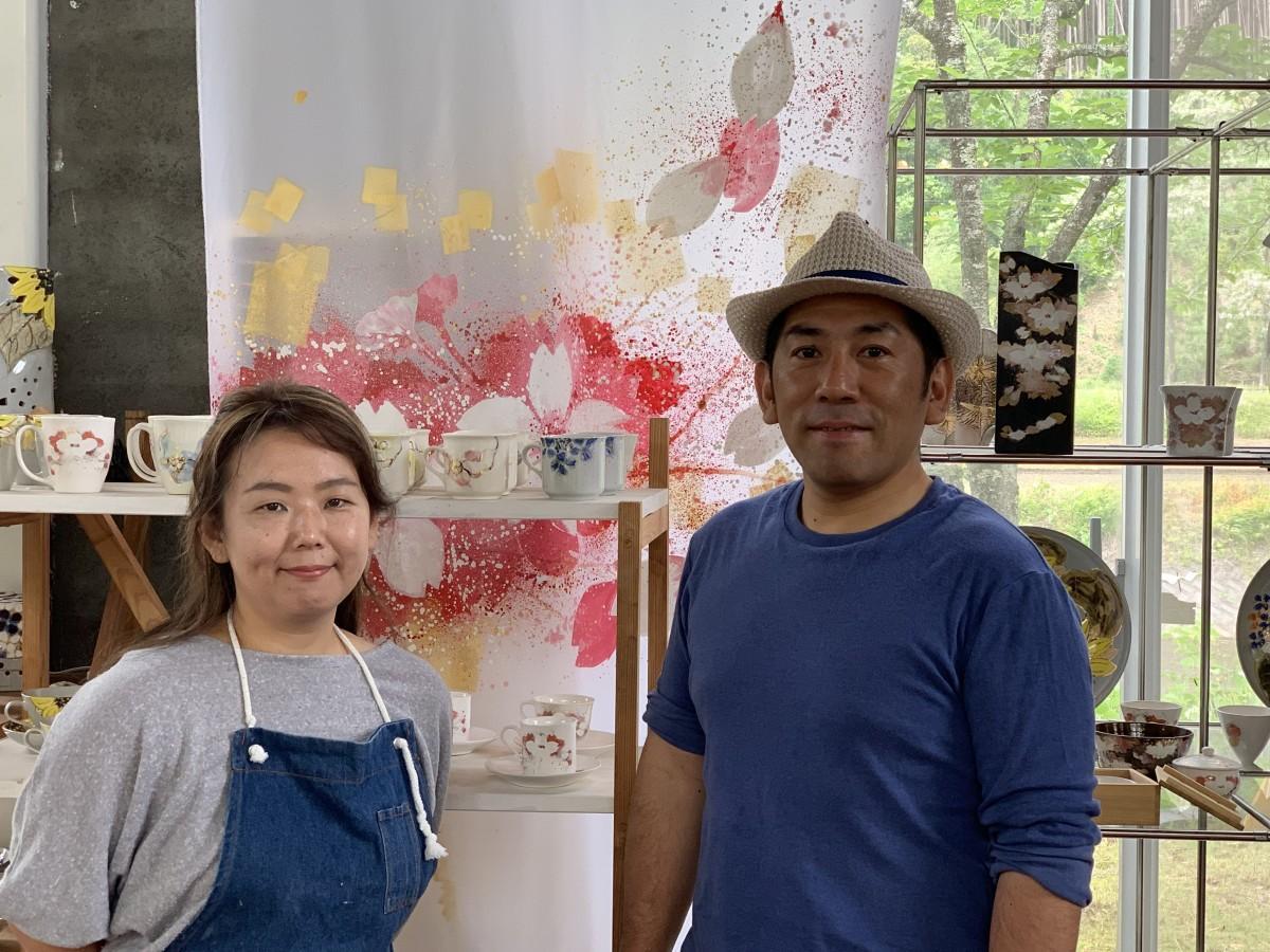 デザイナーである妻の中村真由美さん(左)と中村俊明さん(右)、一緒に陶芸作品を制作している