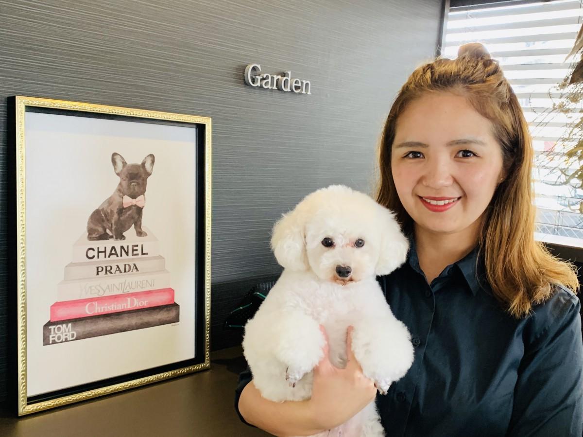 スタッフの池田花菜子さんと愛犬のななちゃん