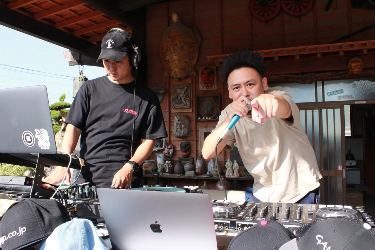 レゲエアーティストのKazu.さん(右)とDJ Dakkeさん(左)