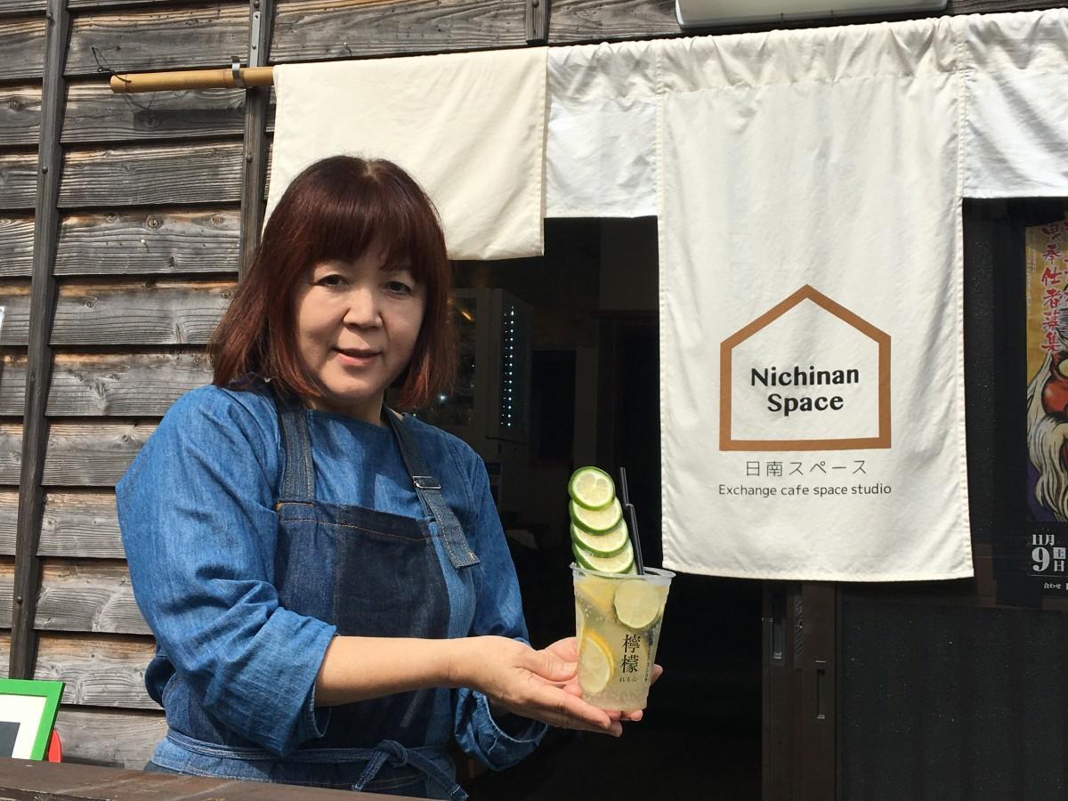 日南産レモンを使ったインパクトのあるドリンクとスタッフの橋口千鶴子さん