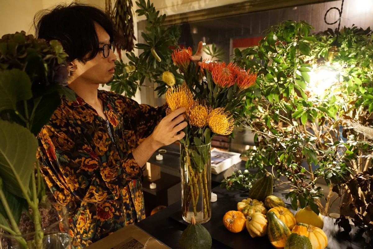 クラシカルなイメージの店内にはドライフラワーと生花が並ぶ