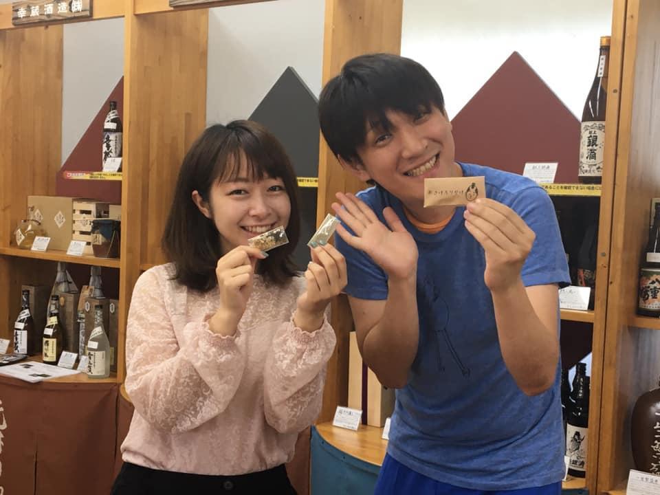 (画像左から)「おさけふりかけ」を共同開発した照井絢子さん、「ヒトツブ」の小玉幸太郎さん