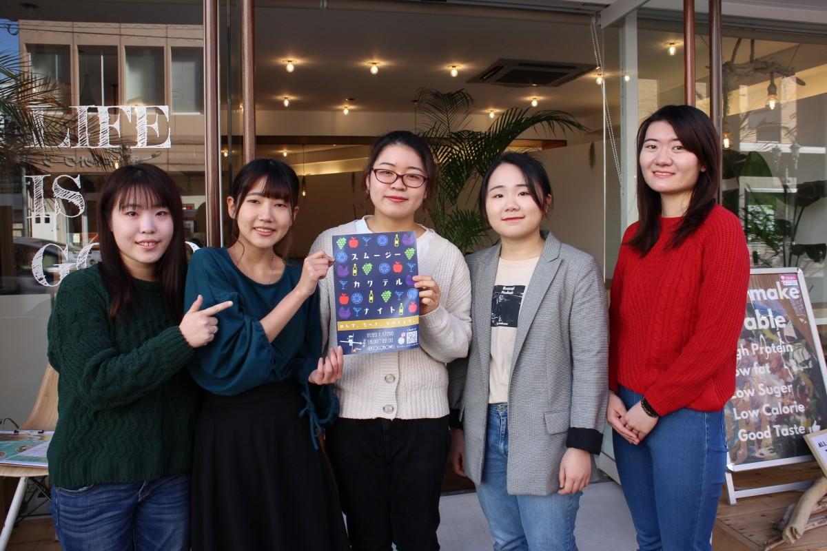 (左から)スムージーカクテルナイトを考案した宮崎公立大学生の池田莉絵さん、荒井玲奈さん、山内聡佳さん、平原菜々美さん、藤本美結さん