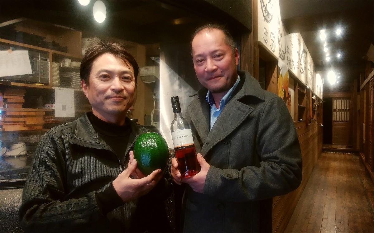 アボカド生産者の横山洋一さんと都農ワイン取締役工場長の赤尾誠二さん