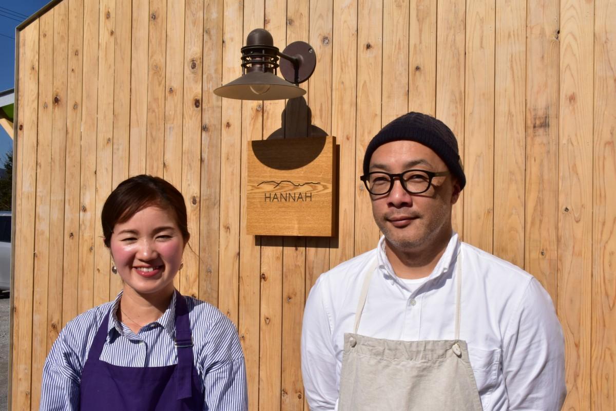 店主の村上大輔さんと入江万理子さん。店名は村上さんが最初に覚えたえびの弁に由来し、ヨーロッパ系の女性名で「恵み」などの意味も持つ