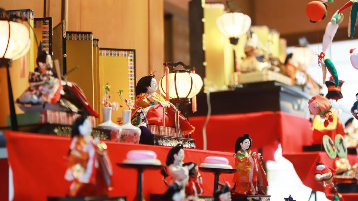 ひな壇に並ぶひな人形