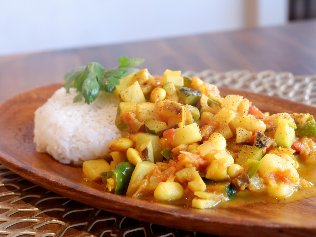 ムスリムフレンドリーメニューの「9種類の地穫れ野菜がゴロゴロ入ったスパイスカレー」