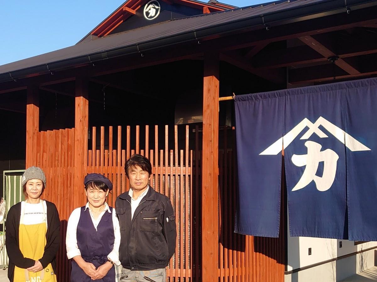 社長の河野俊郎さん(右)、妻のせい子さん(中央)、店舗運営パートナーの雲野さん(左)