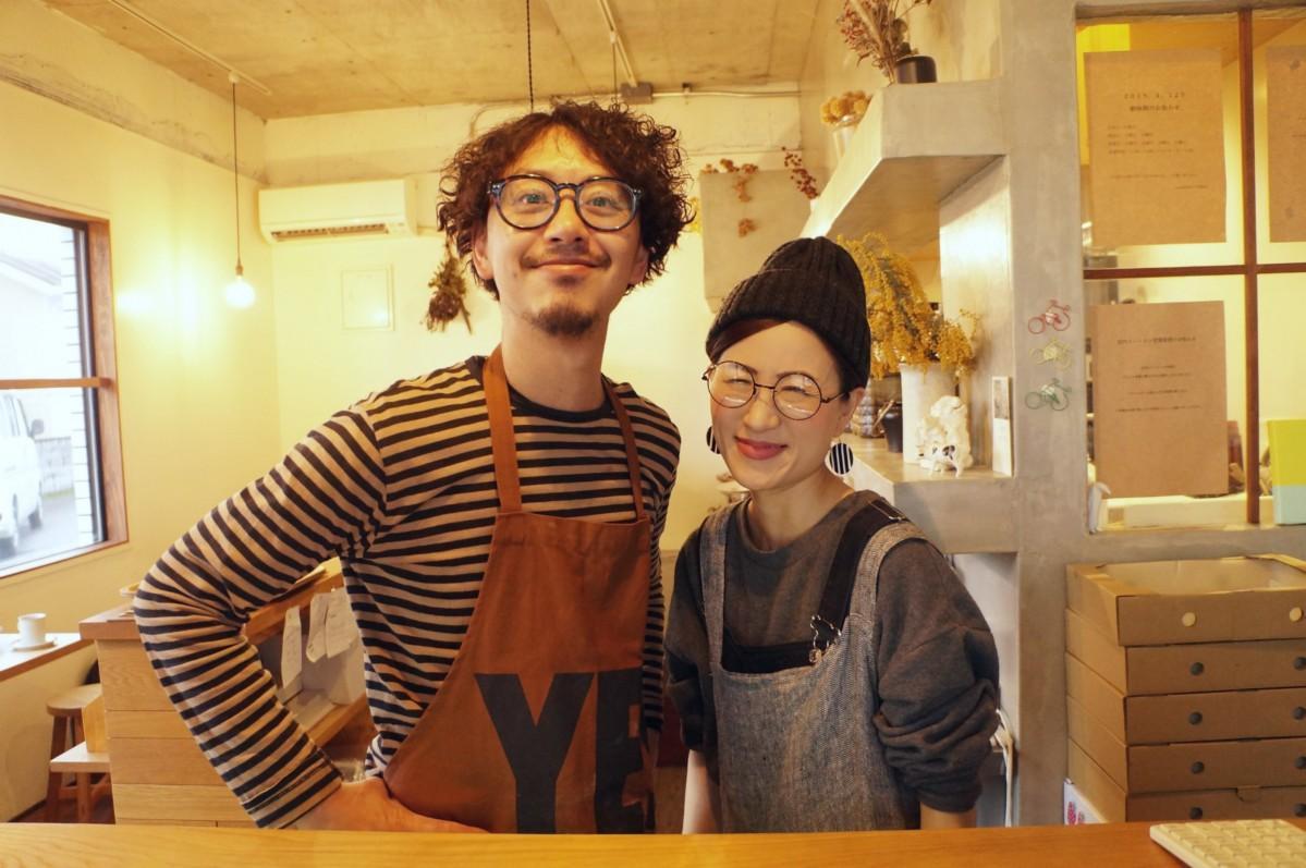 「来てくれるお客さまに笑顔になってもらいたい」と話す店主の浅部高弘さん(写真左)と妻の理恵さん