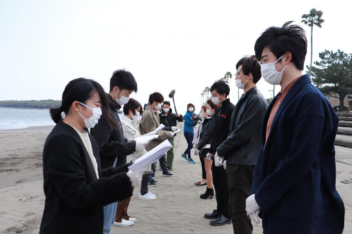 マスクと手袋を着用して手作りの卒業証書を授与した