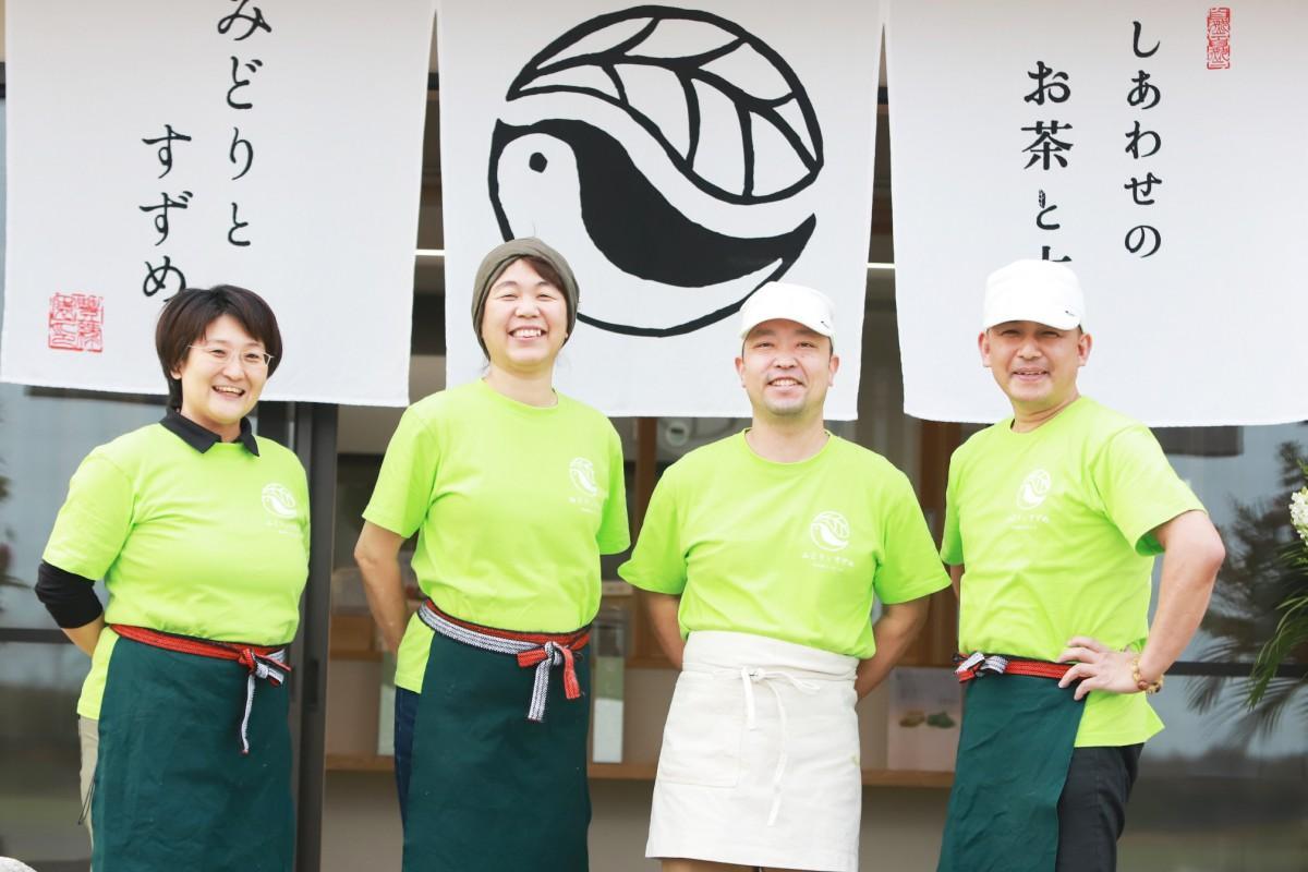 「みどりとすずめ」のスタッフ(中央右:森本健太郎さん、中央左:森本あやさん)