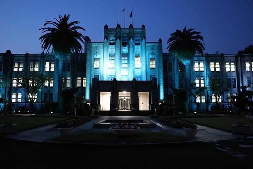 ブルーにライトアップされた県庁本館