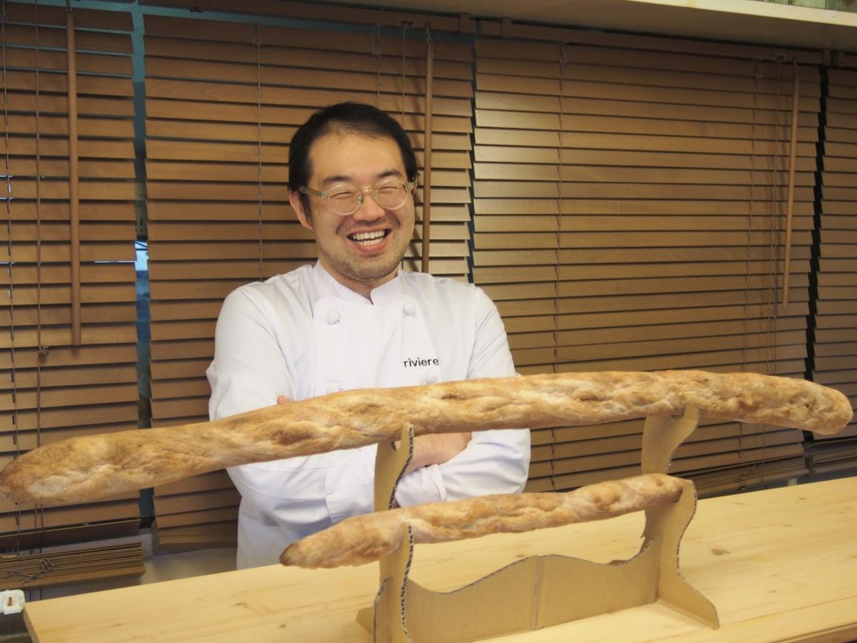 押川さん(画像奥)とソーシャルディスタンシングパンと通常サイズのフランスパン