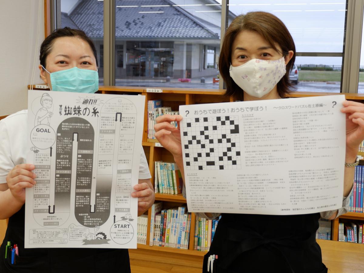 「名作すごろく」「ぬりえ」作成者安藤くみさん(左)、「クロスワードパズル佐土原編」作成者白羽根さち子さん。「ひらめいたら、次の新作を考えます」と笑顔で話す。