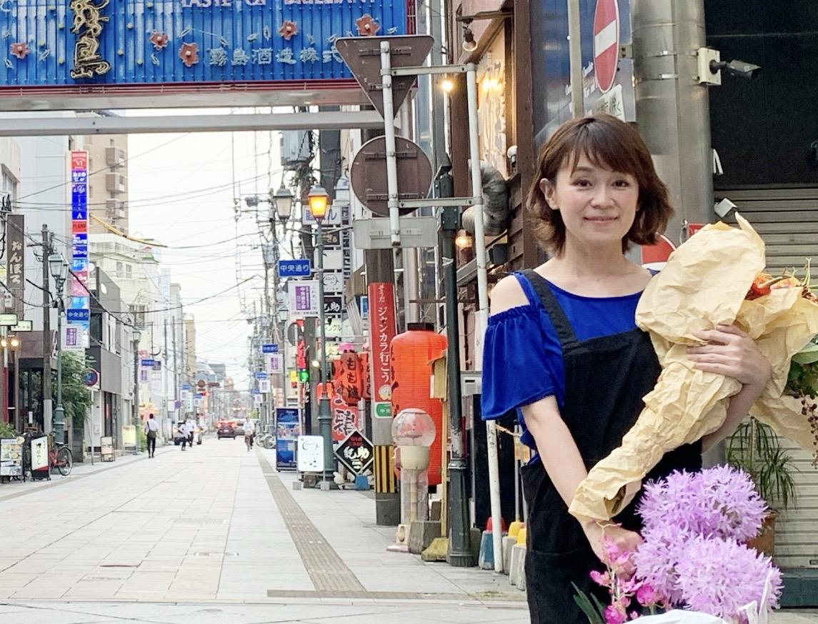 ニシタチの街を花で明るくしたいと話す竹下末利子さん