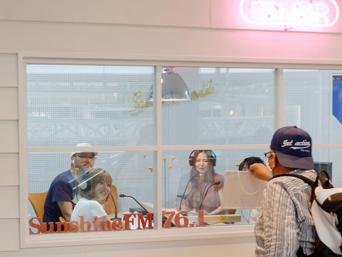 生放送番組「MUSIC ENTERTAINMENT MIYAZAKI」オンエア中、メッセージボードでパーソナリティーと交流するリスナー