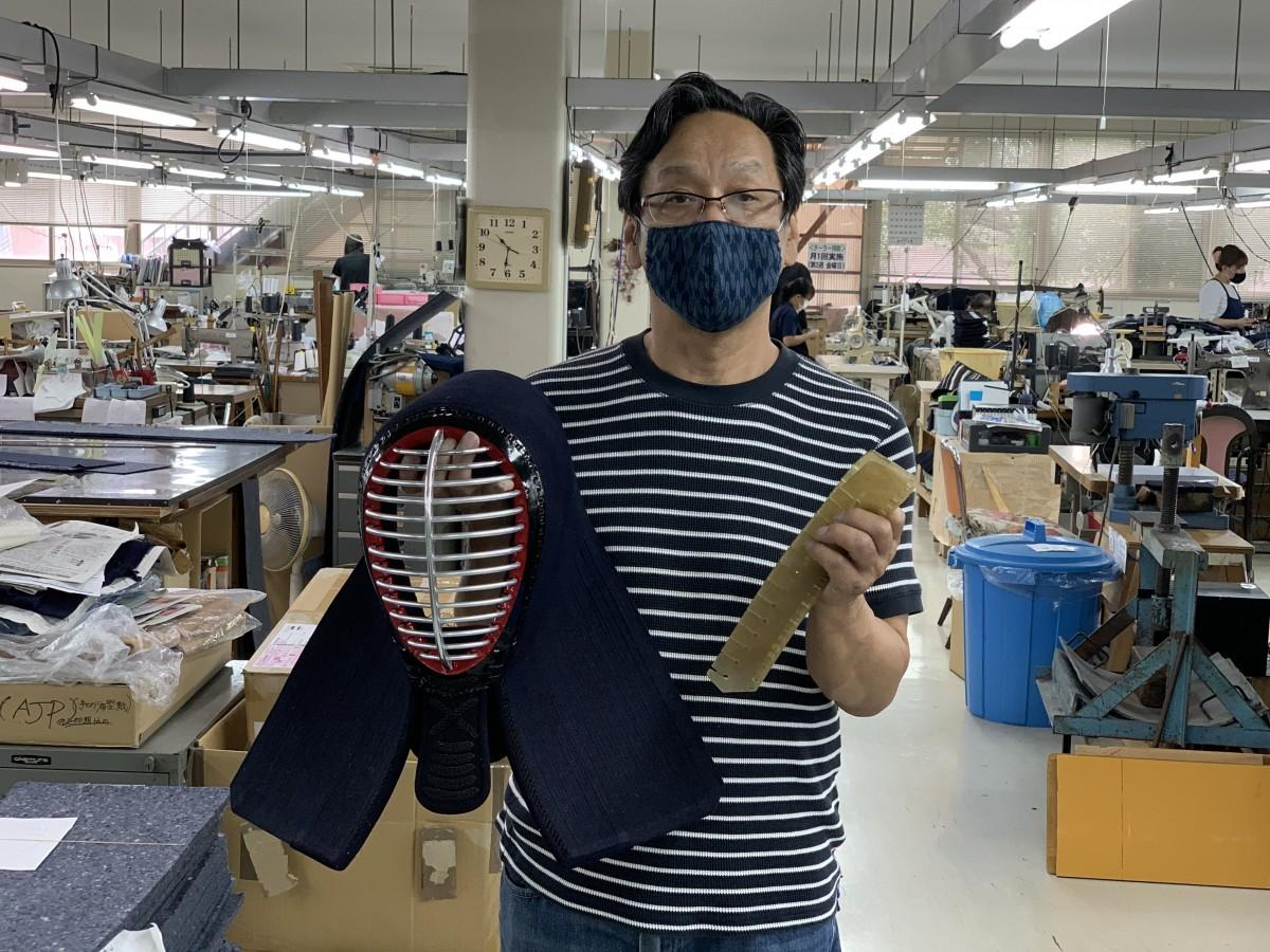 工場長の新名博文さんは、面の製造技術で宮崎県伝統工芸士に認定。「応援メッセージがとてもうれしい」と話す