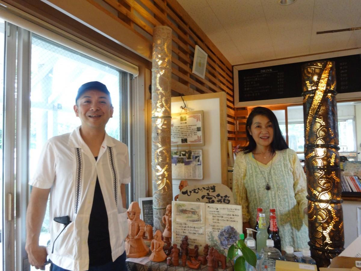 (画像左から)竹灯籠の作家の平木嗣人さんと店主の岩切宜子さん