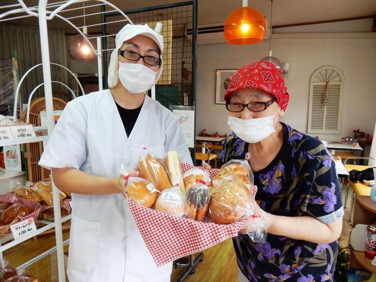 中島パン本舗4代目の中島幸子さん(右)と5代目の中島英貴さん(左)