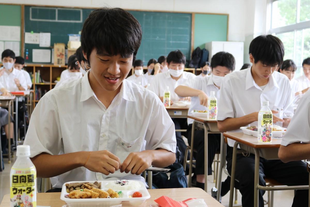 特注弁当を楽しむ宮崎大宮高校の生徒たち