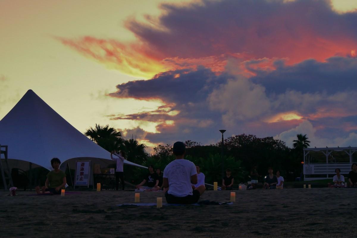夕焼けの中でスタートするナイトビーチヨガ