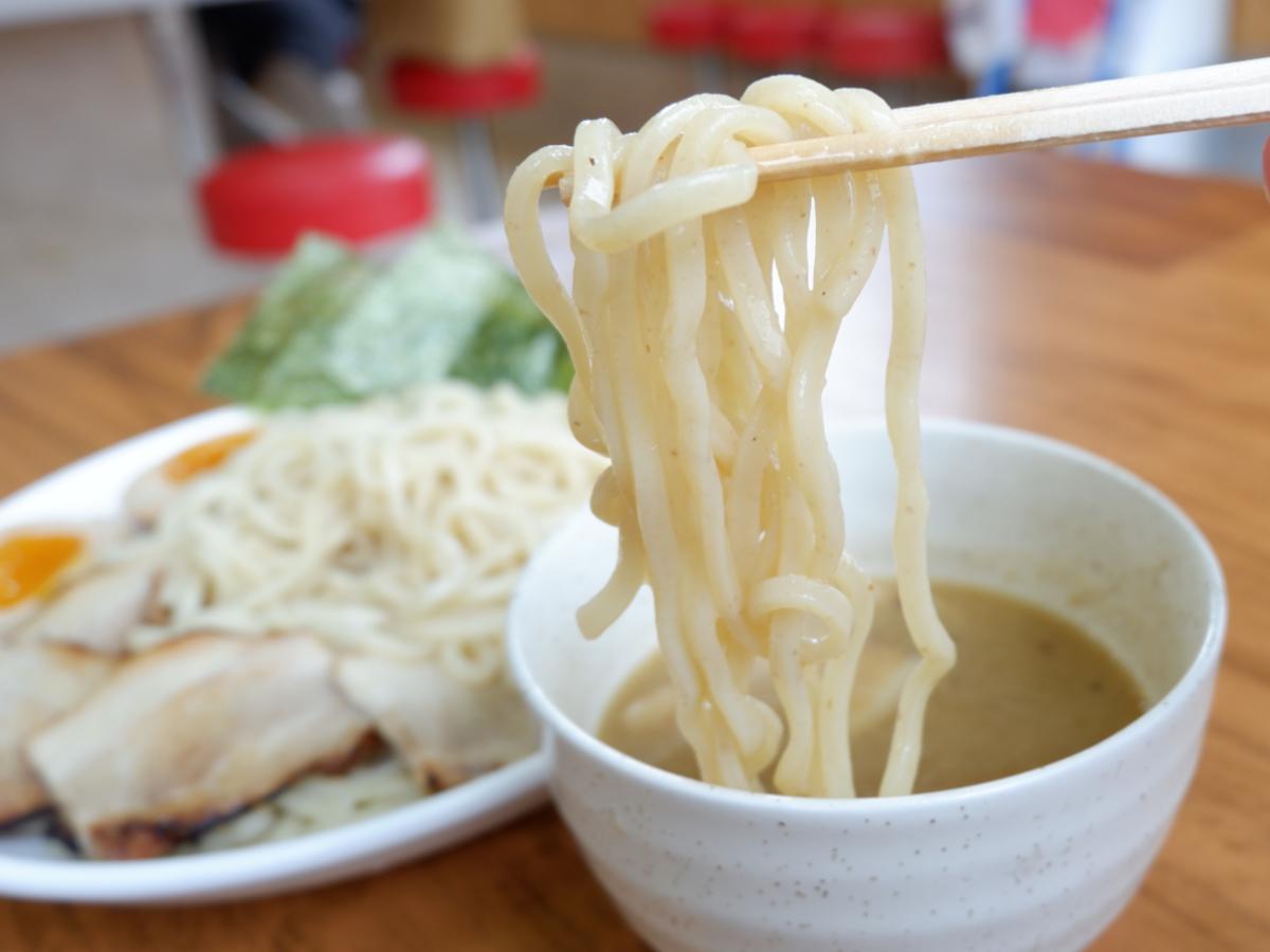 独特のもちもちとした食感がでる全粒粉太麺は、製造できる製麺所が宮崎県内にないため県外に発注している