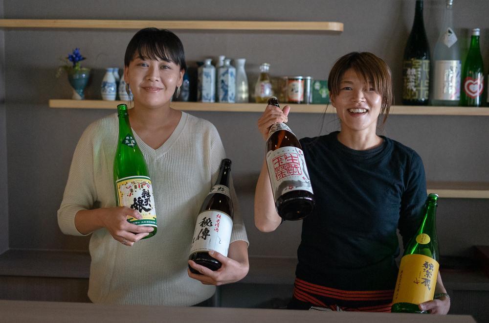 左から中野彩花さんとお燗番兼料理人の店主・山元明菜さん